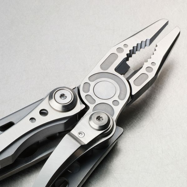 Leatherman Skeletool in use
